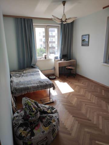 Большая комната: рабочий стол и 1,5 спальная кровать/a work table and a semi double bed