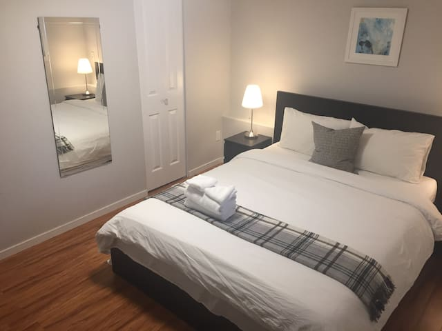 Cozy Room Walking Distance to Skytrain