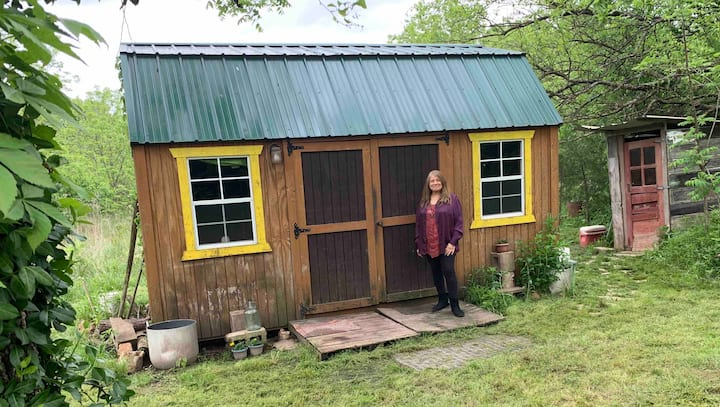"""Rustic Cabin in the Woods"" off-grid near parking"