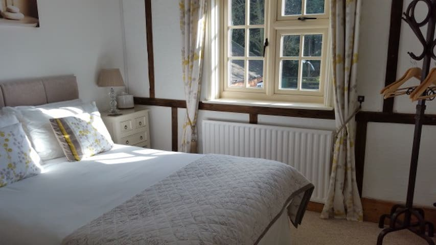 Farmhouse B&B - Small Double/Private Ext. Bathroom - Milton Keynes - Bed & Breakfast