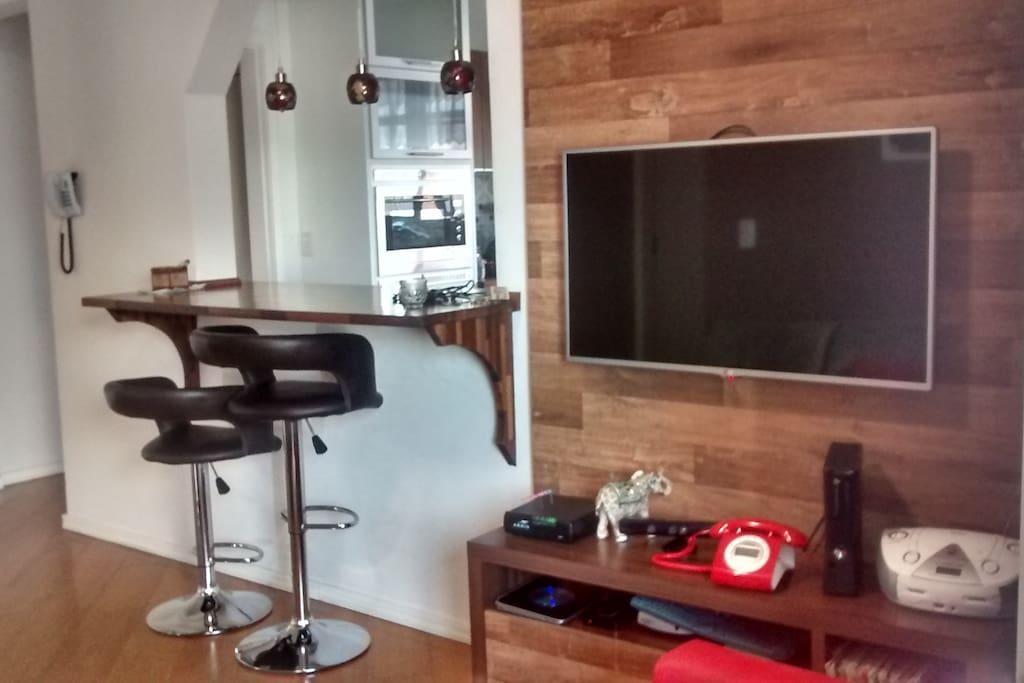 Sala com TV com muitos canais
