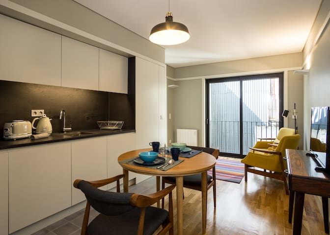 Modern 1Bed APT in downtown with Rustic elements