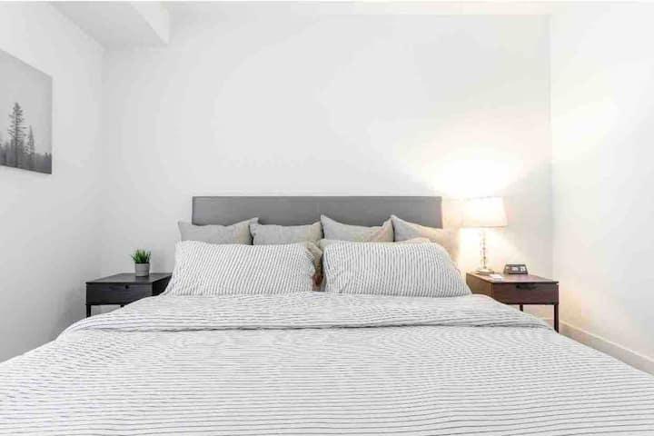 Brand NEW! Modern! Comfy Beds, 55inch Roku TV WIFI