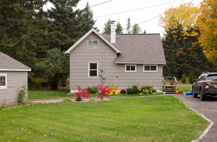 Cute Cottage Minutes from Houghton