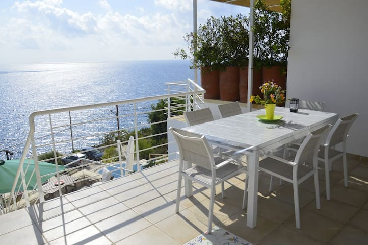 Holiday Home with Fantastic Outdoor Area, Sea View and Wi-Fi