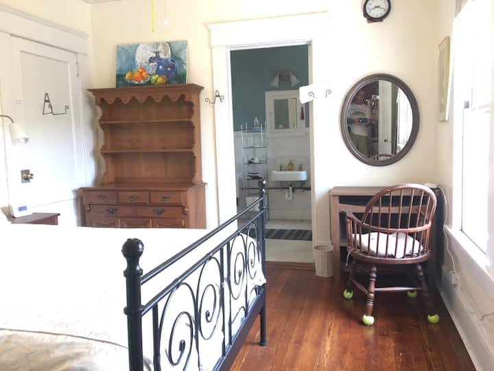 Breezy Private Apt, historic1918 house,Candler Prk