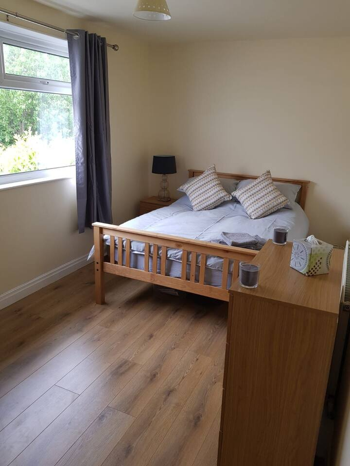 Double room in Yeadon with part private bathroom.