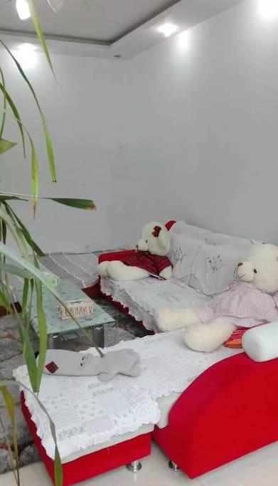 你可以躺在沙发上和维尼熊一起来看电视