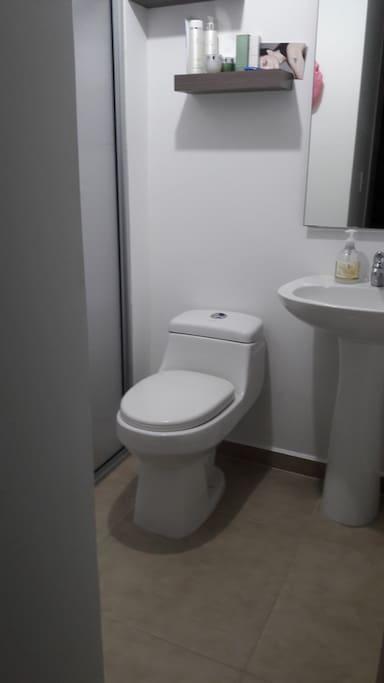 Baño privado, disponibilidad de agua caliente.