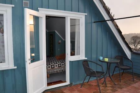 To rom nær Arendal med fin utsikt og turområde.
