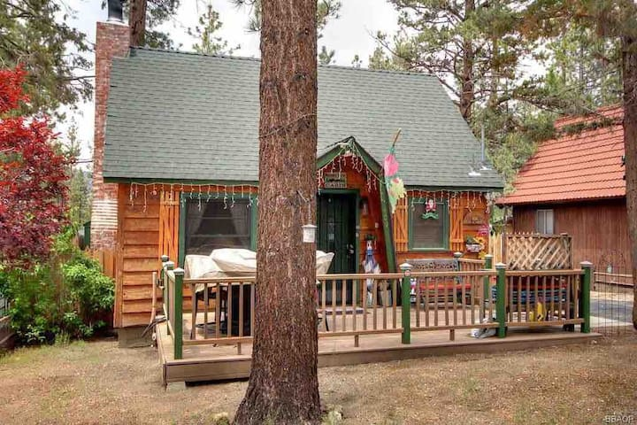 THE CABIN LIFE IS CALLING YOU! 2BD/1BA W/ JACUZZI