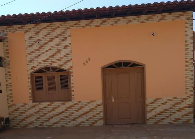 Casa situada na Rua Cicinato Ribeiro Rego,203 Bairro Ladeira com fundo para o rio Preguiças,bem localizada, rua tranquila e iluminada, próximo a restaurantes e lanchonete.