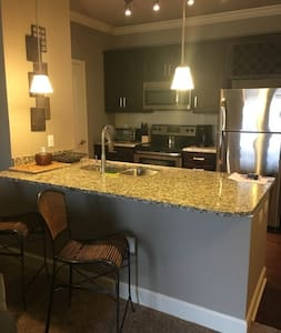 Luxury One Bedroom Apartment - Overland Park