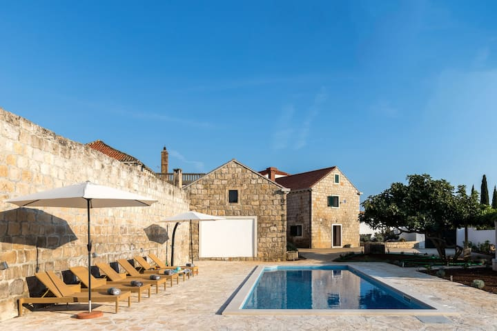 Villa Luic - Three-Bedroom Villa with Terrace and Swimming Pool