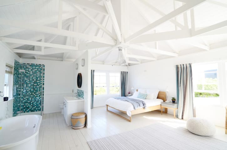 Bedroom 1: Master bedroom with en-suite shower and bath (+travel cot on demand). Direct access to top deck, ocean views and mountain views