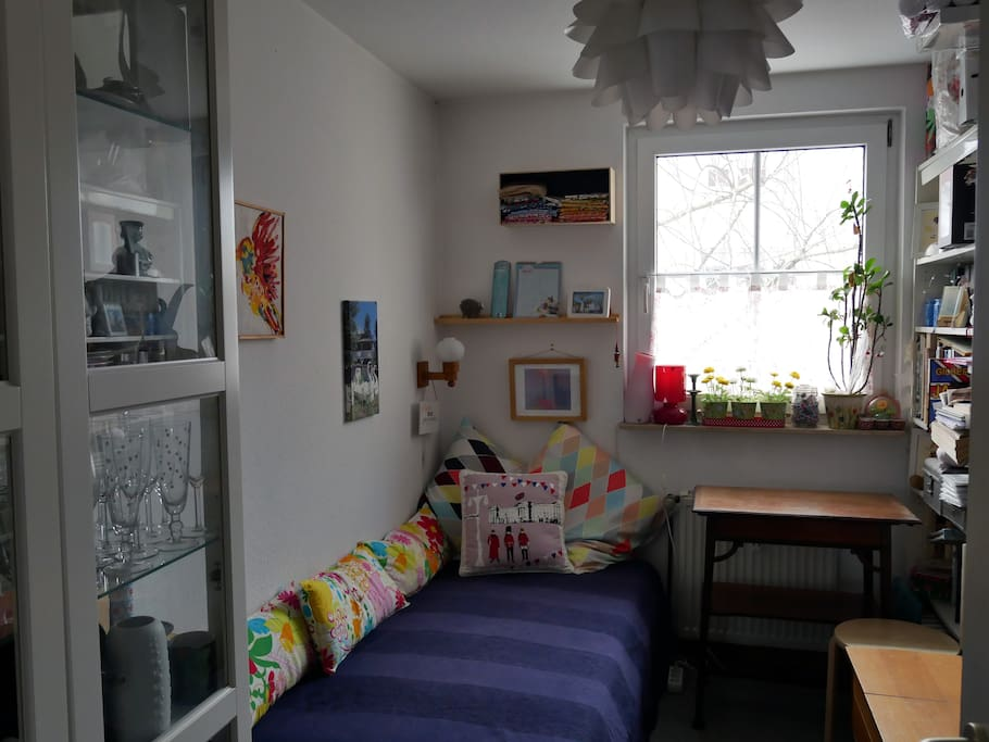 Gemütliches Schlafzimmer für eine Person.