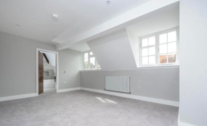 2 BEDROOM HIGH STANDARD FLAT - Gerrards Cross