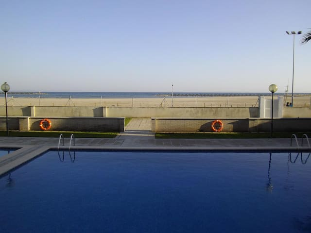 Seafront apartment with pool, BBQ, WIFI