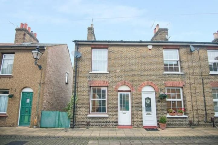 Two Double bedroom Victorian House - Waltham Abbey - Huis