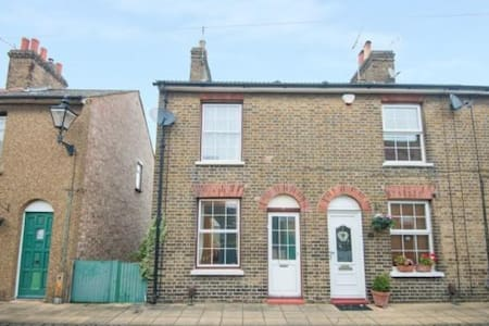 Two Double bedroom Victorian House - Waltham Abbey
