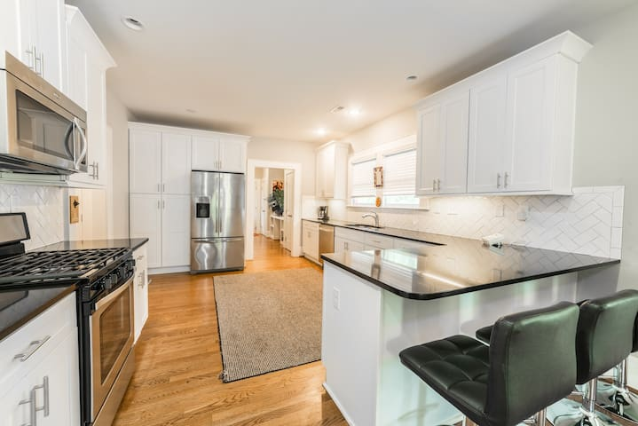 Bungalow, 1 mile from UPTOWN CLT! Pet friendly!