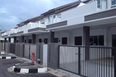 NEW HOMESTAY IN JURU 3 BEDROOM - Hus
