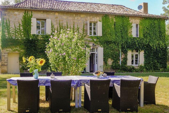Hermosa, villa muy romántico  con el parque jardín, piscina y vistas.