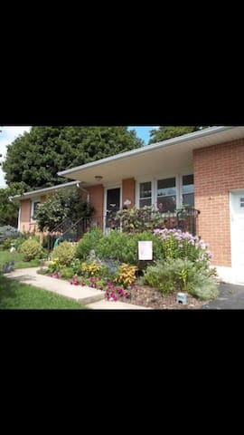 Cozy 3BD Home with Fireplaces. - Akron - Hus
