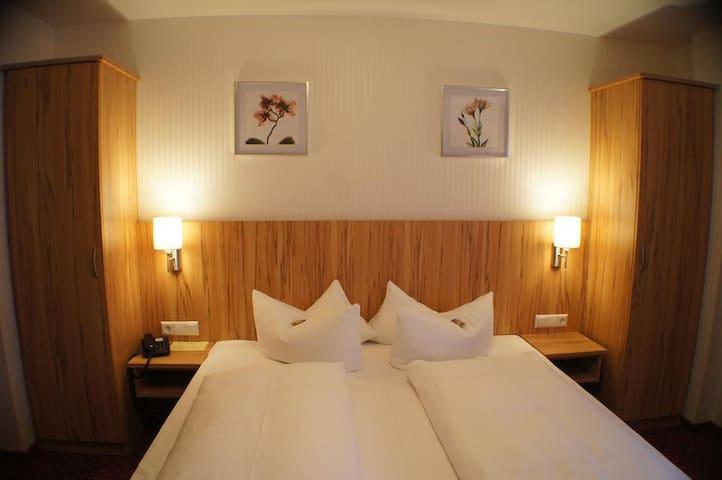 Hotel am Bad, (Tübingen), Doppelzimmer mit Dusche und WC