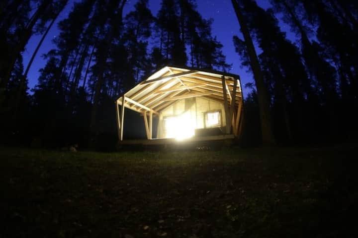 Теплый уютный шатер на берегу озера