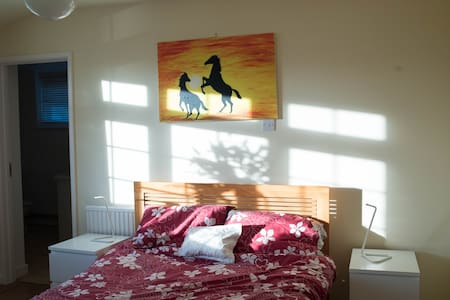 Sunny en suite double room - Long Ashton