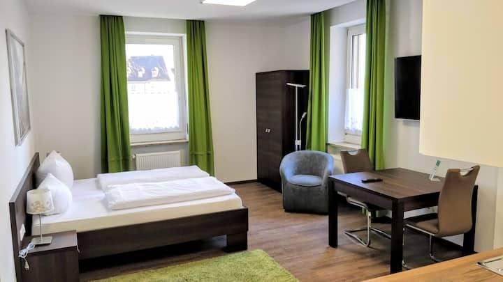 Boardinghouse Stadtvilla Budget (Schweinfurt), Komfort Doppelzimmer (35qm) mit Küchenzeile und WLAN