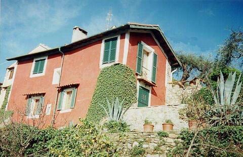 Hus med terrasse i middelalderlig landsby nær havet