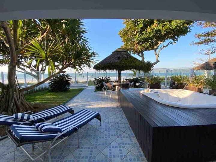 Belíssima casa de frente para o mar da Costa Esmeralda em SC
