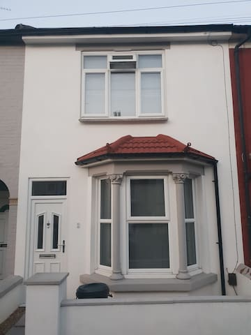 DOUBLE room 0.5 miles from Gillingham station.