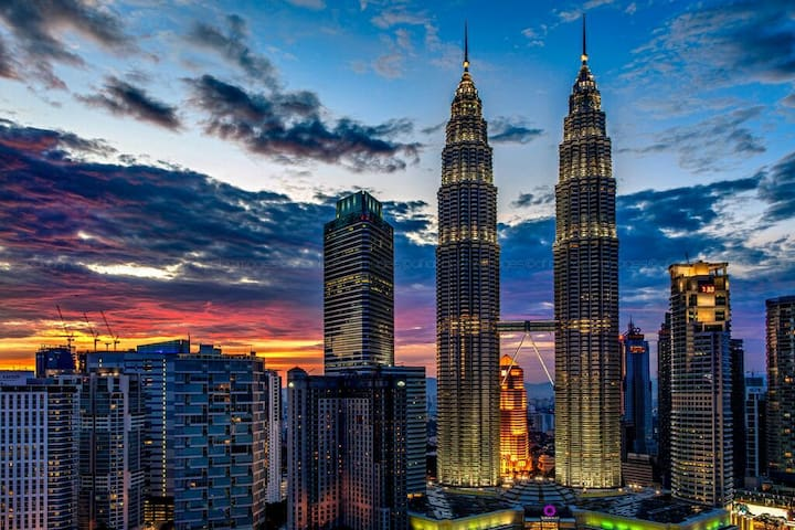 Located within 4 mins / 350m walking distance to the tallest Petronas Twin Tower & KLCC