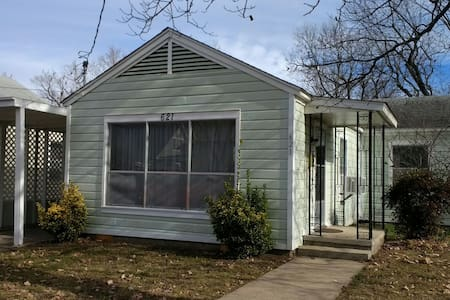 2 Bedroom Cottage in Downtown Rogers! - Rogers - House