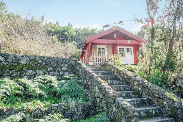 Rustic Holiday Home La Cabana Roja with Wi-Fi, Garden & Terrace; Parking Available