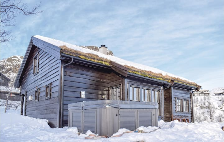 Awesome home in Jøsenfjorden with Jacuzzi, WiFi and 4 Bedrooms