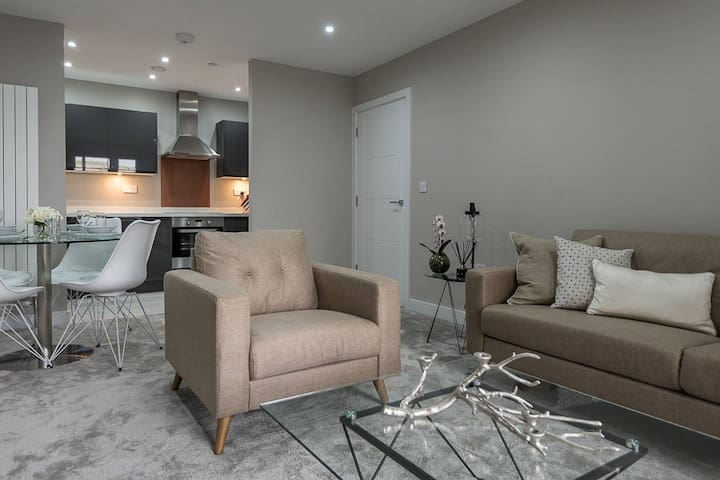 Modern & stylish 1 bedroom apartment with parking