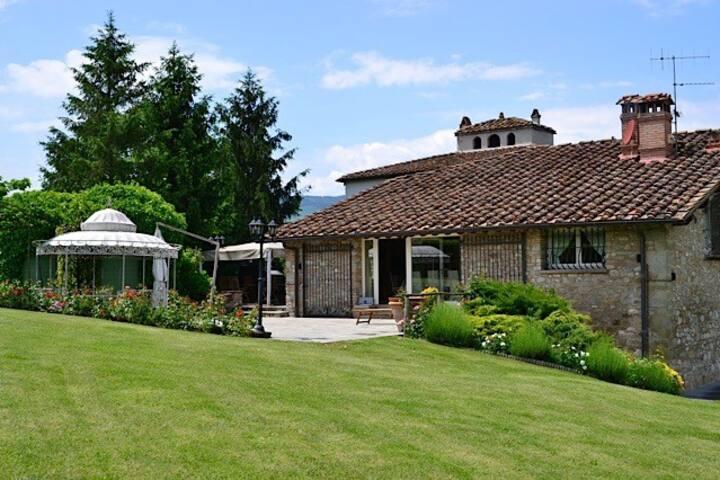 Villa in pietra vista lago a Cavallina
