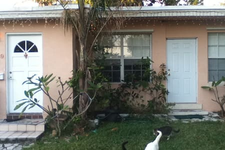 Great neighborhood, private room in house. - Miami