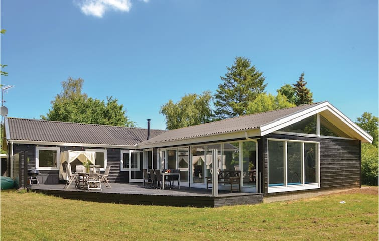 Holiday cottage with 5 bedrooms on 182m² in Græsted