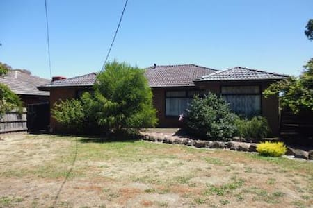 Family home in Prime location - Ferntree Gully - Σπίτι