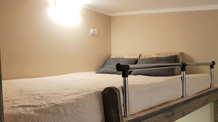 Спальная зона на 2 ярусе, (полноценная 2- местное  спальное место 150 см с толстым  матрасом ) . Ночное бра и розетка для зарядки гаджетов.