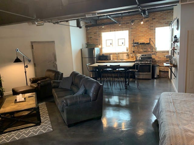 Lakeview Loft - Vintage Chicago, Modern Amenities