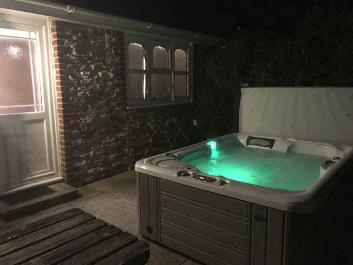 ⭐Couples cottage, private hot tub and fab view ⭐