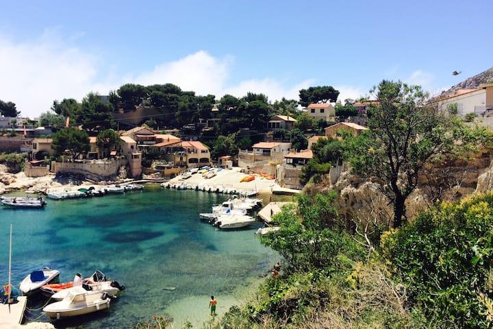 Au bord de l'eau, sublime calanque près Marseille