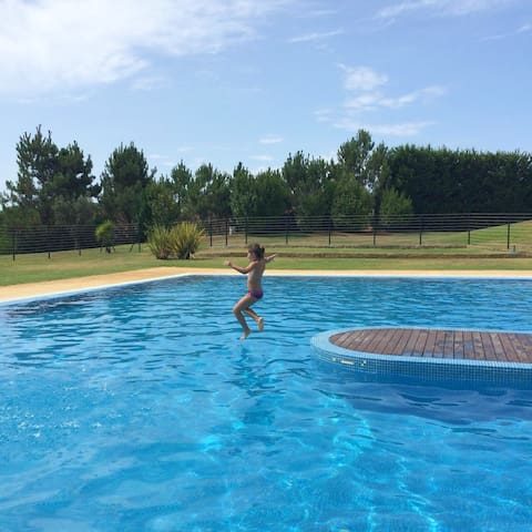 Estudio con piscina compartida
