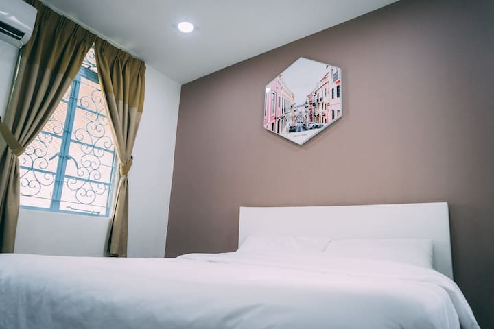 Double bed Room#R4 Near Gurney/Paragon Mall